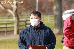 挨拶する浦河町軽種馬生産振興会青年部の田中駿部長