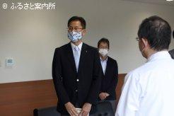 寄贈式で挨拶するJRA日高育成牧場高嶋民治場長
