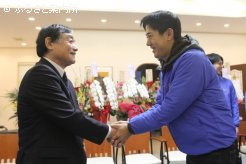 優勝の握手を交わす(株)ウインの岡田義広代表と鳴海町長