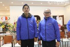 現地で表彰台に立った岡田代表と横山知之調教主任