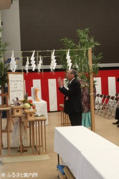 玉串奉奠する北海道軽種馬振興公社理事長の三輪茂日高町町長