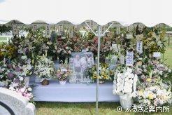 献花台は全国のファンからの供花で溢れた