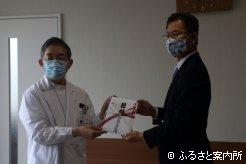 浦河赤十字病院での目録贈呈式