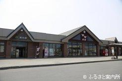 パネルが展示されているJR静内駅