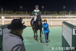 林調教師に迎えられる笑顔の石川騎手