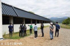 BTC調教場の施設を見学する参加者