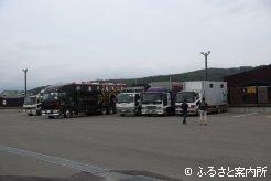 宮崎行きの積み込みに集まった馬運車