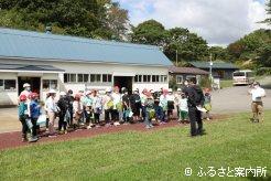 静内小学校4年生38人の児童が矢野牧場を見学した