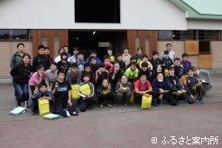 西村牧場を見学した新ひだか町立高静小学校6年生